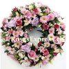 Corona de condolencias para Provincia, diseñado con flores de la temporada y toques de rosas.