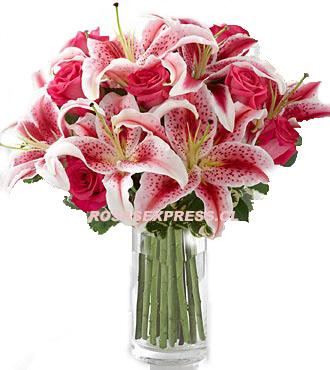 Arreglo Floral En Florero Transparente De 08 Rosas 03 Varas Liliums