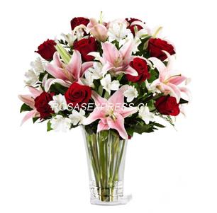 1869 Hermoso arreglo floral en florero diseñada con 09 rosas importadas + 03 varas de liliums